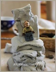 человечек из лего прячется в глине