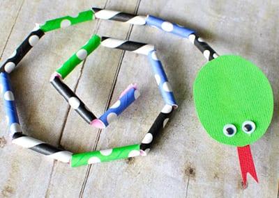 Змея из трубочек