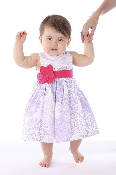 Малышка учиться танцевать
