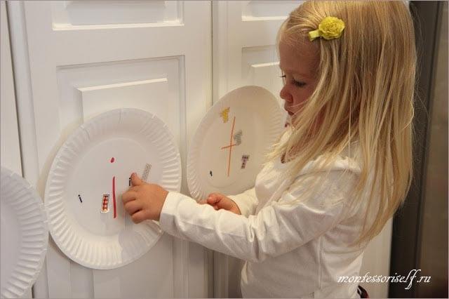 малышка ищет соответвующую букву