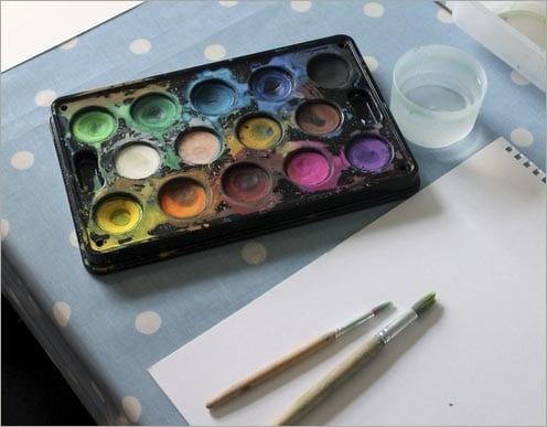 нам понадобятся краски, кисти, бумага