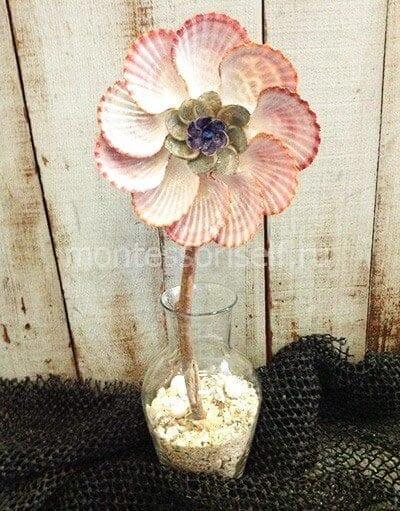 Цветок из ракушек на стебле из веточки
