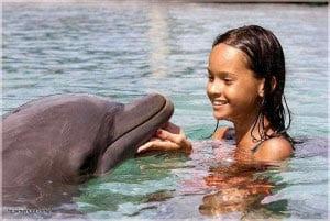 дельфин тоже счастлив дружить с ребенком