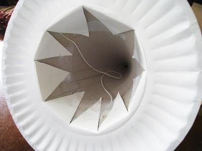 Делаем в тарелке отверстие и приклеиваем конус