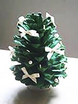 Новогодняя поделка елка из шишек 4
