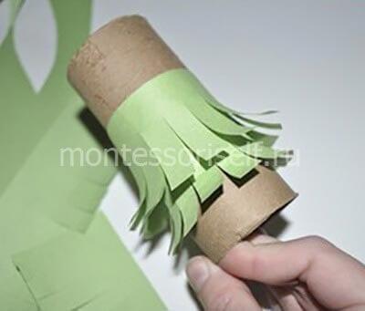 Приклеиваем надрезанные бумажные полосы