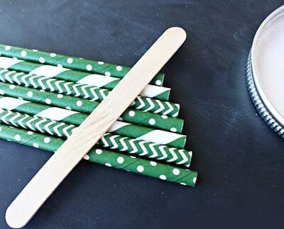 Скручиваем бумажки трубочками