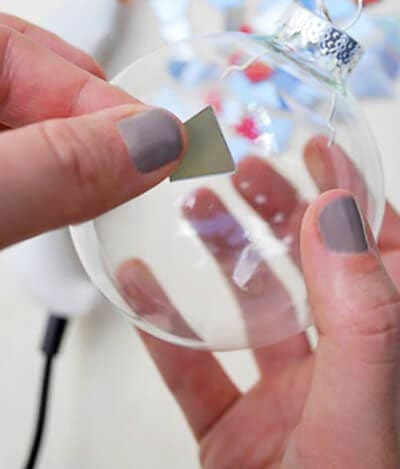 Приклеиваем кусочки диска на прозрачный шарик