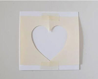 Кладем сердечко на чистый лист