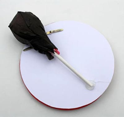 Прикрепляем к кругу завернутую конфету - это будет головка