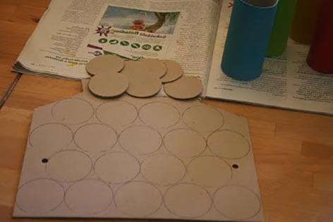 Вырезаем круги из картона