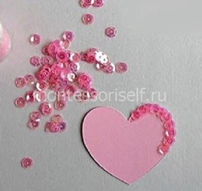 Приклеиваем паетки на сердечко
