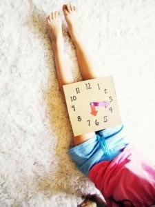 Ребенок может играть и изучать время