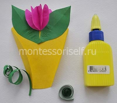 Приклеиваем листья и цветок, формируем завиток из зеленой бумаги
