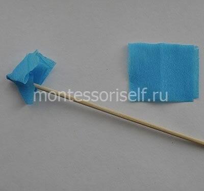 Маленькие бумажки крепятся с помощью палочки