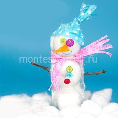 Снеговик из ваты и прозрачных лотков