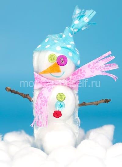 Снеговик из ваты и лотков