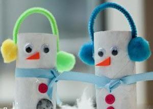 Снеговики из туалетных рулонов