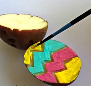 Раскрашиваем срез картошки краской