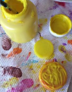 Немного желтой краски и клея