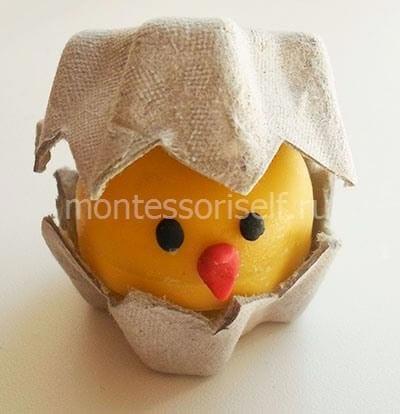 Цыпленок из киндера и картонной упаковки под яички