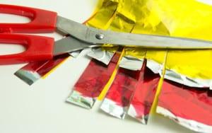 Разрезаем цветную бумагу