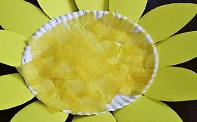 Заполняем внутреннюю часть тарелки бумажками