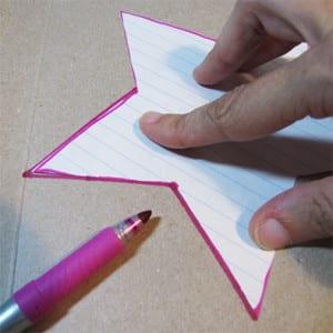 По шаблону рисуем звезду на картоне