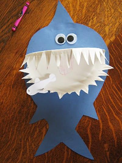 Приклеиваем на тело акулы глаза, плавник и рот