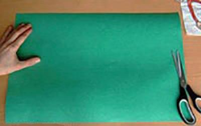 Берем лист зеленой бумаги