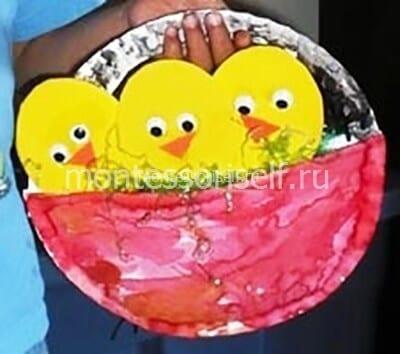 Желтые цыплята в гнезде
