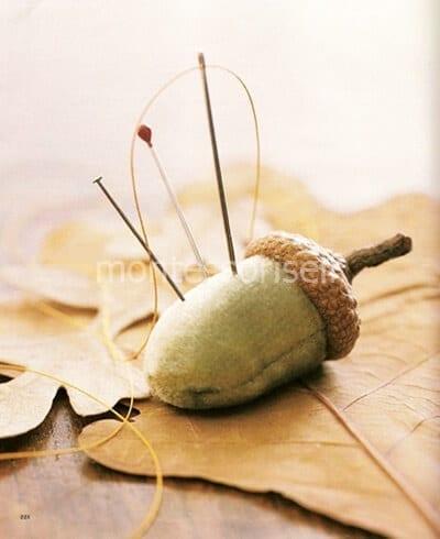 Игольница из ткани и шляпки желудя