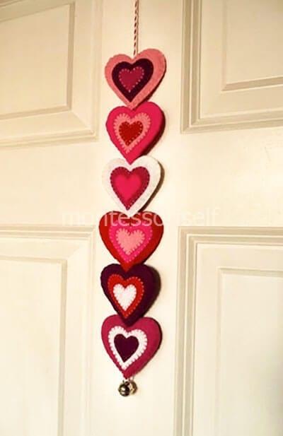 Подвеска из фетровых сердечек