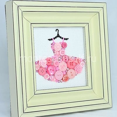Картина с платьем из пуговиц