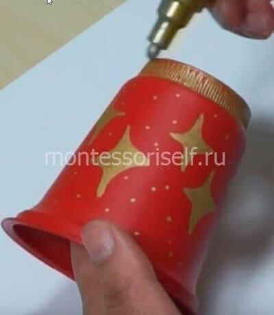 Раскрашиваем стаканчик краской и маркером