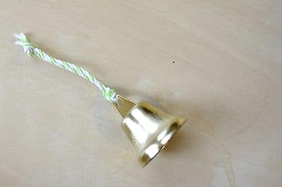 К колокольчику привязываем шнурок