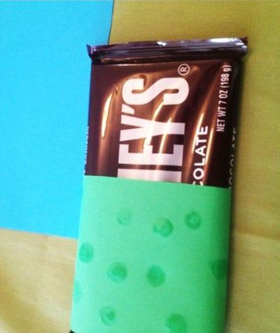 Украшаем зеленую бумагу точками