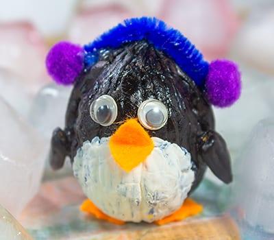 Фигурка пингвина из грецкого орешка