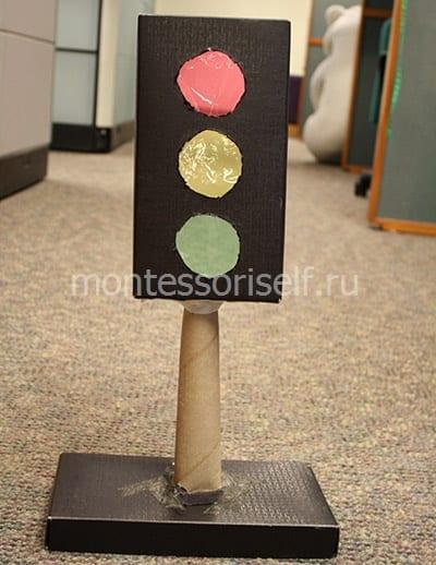 Светофор из коробки на подставке