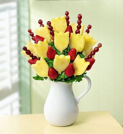 Букет из ананасов, клубники и винограда