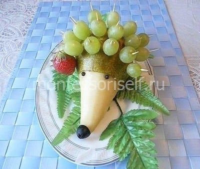 Ежик из фруктов и ягод
