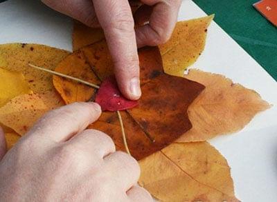 Прикладываем листья