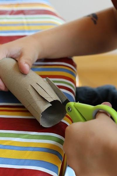 Надрезаем картонную трубочку