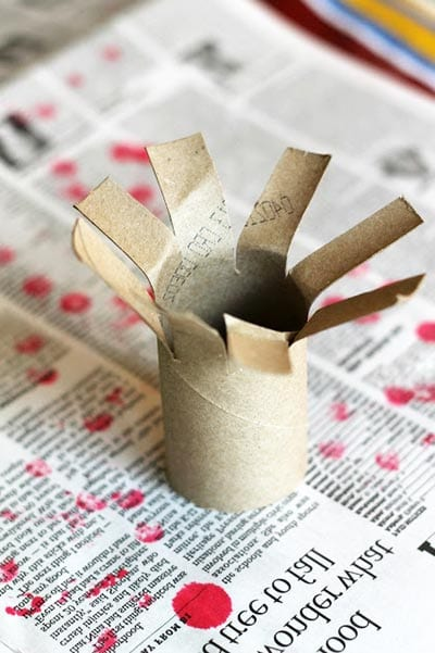 Надрезаем картонный рулон
