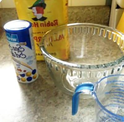 Соль, мука и емкость для теста