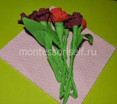 Укладываем цветы в салфетку