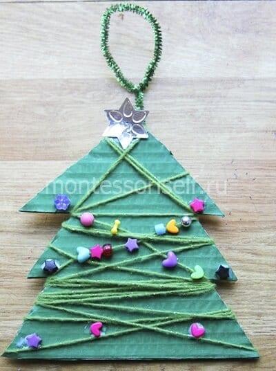 Новогодний сувенир из картона, ниток и бусин