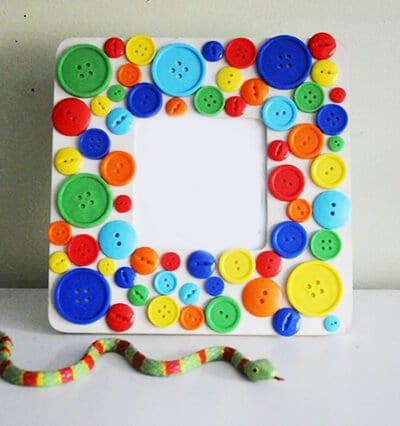 Рамка для фото из картона и пуговиц