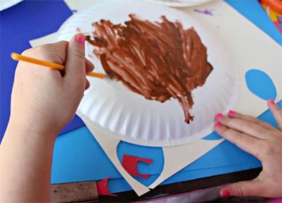 Окрашиваем тарелку в коричневый цвет