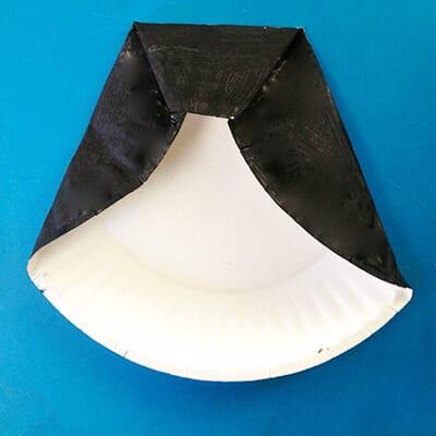 Тарелка, окрашенная черной краской